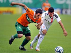 Banfield-Estudiantes-empataron-Florencio-Sola_OLEIMA20141018_0149_8